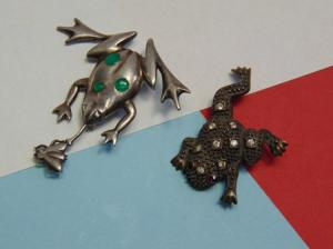 Vintage 14.5g Sterling Silver Frog Brooches. Frog with fly is tested sterling the oter frog is not in good condition.