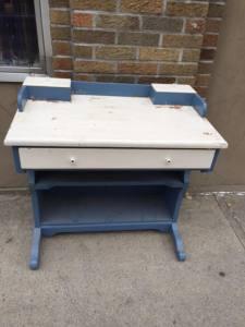 desk-blue-white