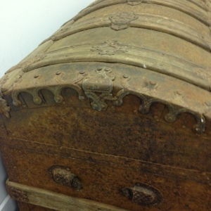 trunk-antique-side-2
