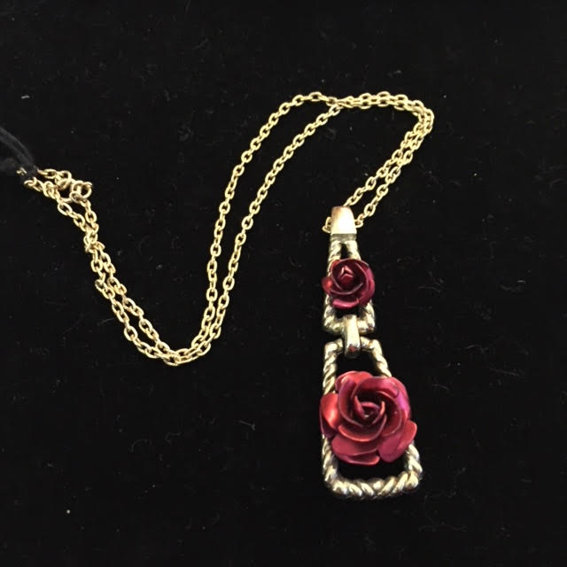 Sweet Necklace with Double Rose Pendant